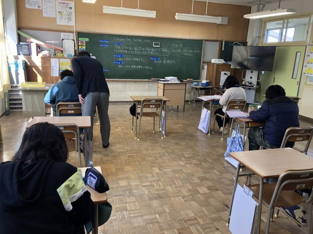 臼杵市議会教育民生委員会で市内の小学校を視察1
